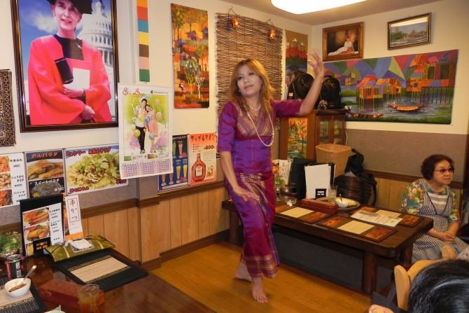 Jun Tsutsui + Dancing People in Shin-Nagata