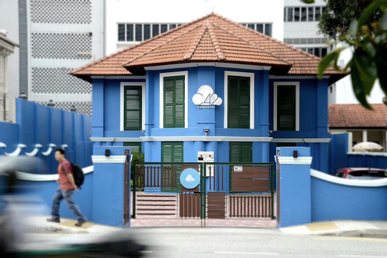 Centre 42はWaterloo Streetの明るいブルーの戦前からあるバンガローにあります。